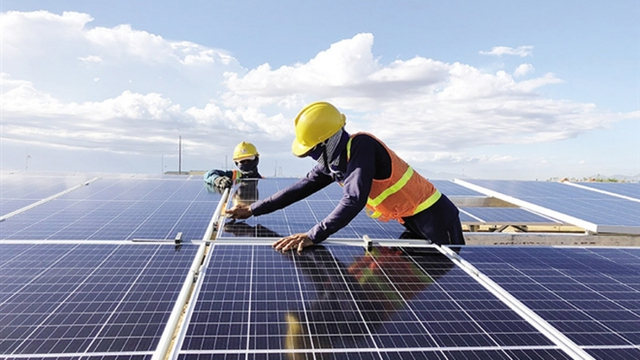 Cơn lốc điện mặt trời: Nghịch lý thừa điện quá nhiều, phải ngắt thường xuyên - Ảnh 1.