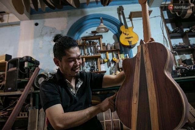 Chàng trai Sài Gòn 15 năm làm đàn guitar handmade: Có người nước ngoài mang bộ gỗ 70 triệu đến đặt mình làm - Ảnh 13.