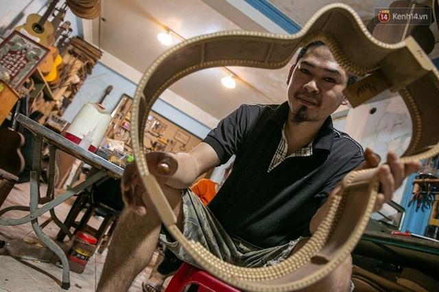 Chàng trai Sài Gòn 15 năm làm đàn guitar handmade: Có người nước ngoài mang bộ gỗ 70 triệu đến đặt mình làm - Ảnh 14.