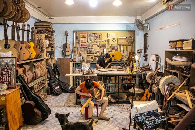Chàng trai Sài Gòn 15 năm làm đàn guitar handmade: Có người nước ngoài mang bộ gỗ 70 triệu đến đặt mình làm - Ảnh 15.