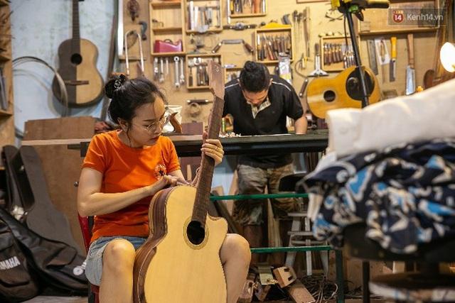 Chàng trai Sài Gòn 15 năm làm đàn guitar handmade: Có người nước ngoài mang bộ gỗ 70 triệu đến đặt mình làm - Ảnh 16.