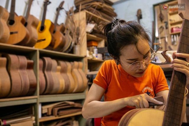 Chàng trai Sài Gòn 15 năm làm đàn guitar handmade: Có người nước ngoài mang bộ gỗ 70 triệu đến đặt mình làm - Ảnh 17.