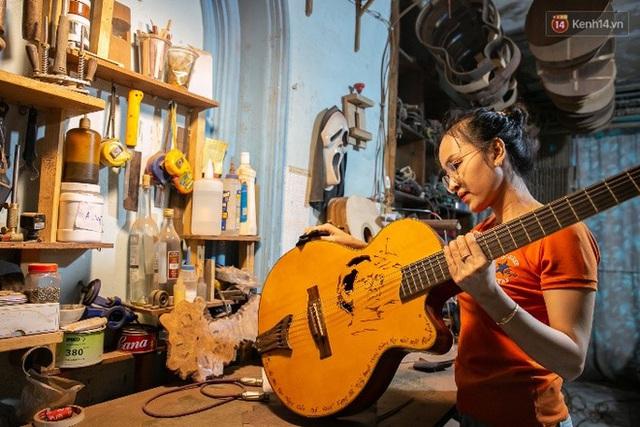 Chàng trai Sài Gòn 15 năm làm đàn guitar handmade: Có người nước ngoài mang bộ gỗ 70 triệu đến đặt mình làm - Ảnh 18.