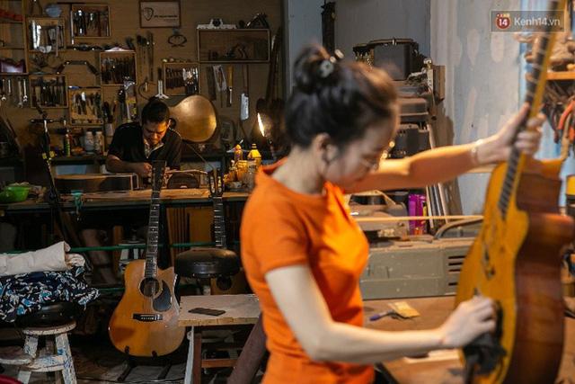 Chàng trai Sài Gòn 15 năm làm đàn guitar handmade: Có người nước ngoài mang bộ gỗ 70 triệu đến đặt mình làm - Ảnh 19.