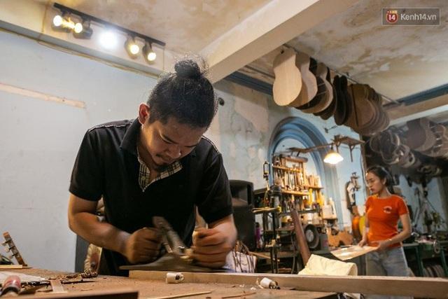 Chàng trai Sài Gòn 15 năm làm đàn guitar handmade: Có người nước ngoài mang bộ gỗ 70 triệu đến đặt mình làm - Ảnh 20.