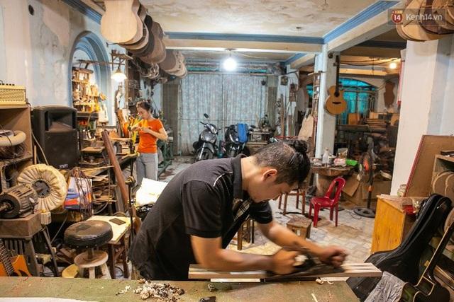 Chàng trai Sài Gòn 15 năm làm đàn guitar handmade: Có người nước ngoài mang bộ gỗ 70 triệu đến đặt mình làm - Ảnh 21.