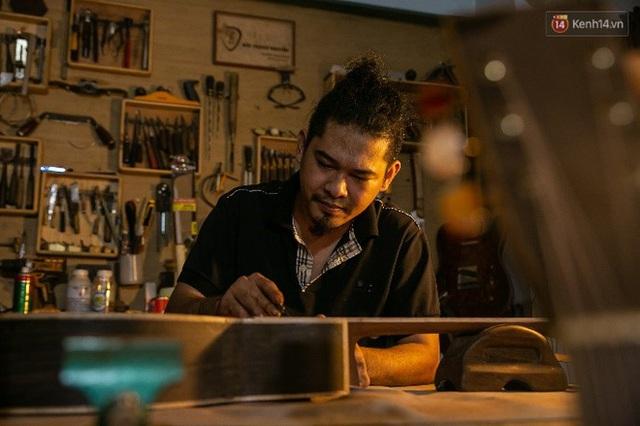 Chàng trai Sài Gòn 15 năm làm đàn guitar handmade: Có người nước ngoài mang bộ gỗ 70 triệu đến đặt mình làm - Ảnh 22.