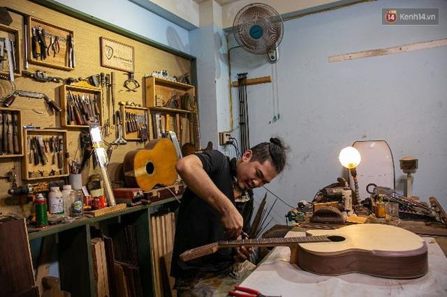 Chàng trai Sài Gòn 15 năm làm đàn guitar handmade: Có người nước ngoài mang bộ gỗ 70 triệu đến đặt mình làm - Ảnh 23.