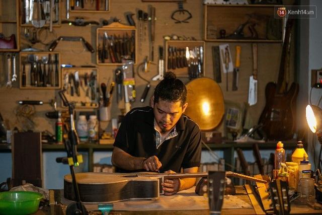 Chàng trai Sài Gòn 15 năm làm đàn guitar handmade: Có người nước ngoài mang bộ gỗ 70 triệu đến đặt mình làm - Ảnh 26.