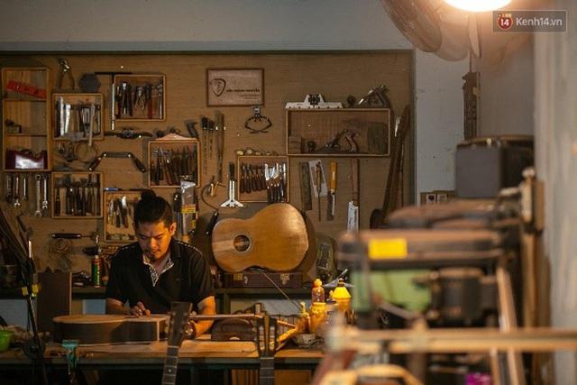 Chàng trai Sài Gòn 15 năm làm đàn guitar handmade: Có người nước ngoài mang bộ gỗ 70 triệu đến đặt mình làm - Ảnh 27.