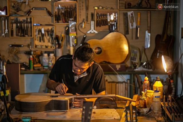 Chàng trai Sài Gòn 15 năm làm đàn guitar handmade: Có người nước ngoài mang bộ gỗ 70 triệu đến đặt mình làm - Ảnh 28.