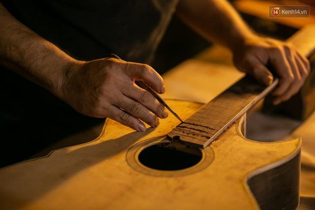 Chàng trai Sài Gòn 15 năm làm đàn guitar handmade: Có người nước ngoài mang bộ gỗ 70 triệu đến đặt mình làm - Ảnh 30.