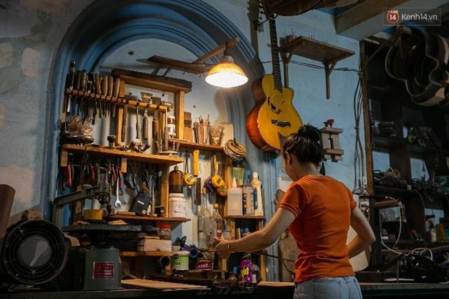 Chàng trai Sài Gòn 15 năm làm đàn guitar handmade: Có người nước ngoài mang bộ gỗ 70 triệu đến đặt mình làm - Ảnh 8.