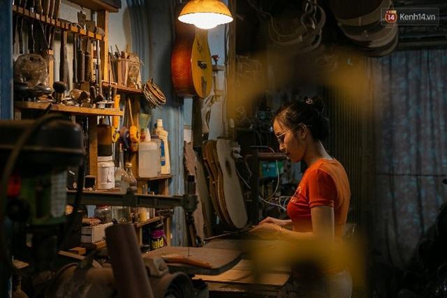Chàng trai Sài Gòn 15 năm làm đàn guitar handmade: Có người nước ngoài mang bộ gỗ 70 triệu đến đặt mình làm - Ảnh 9.