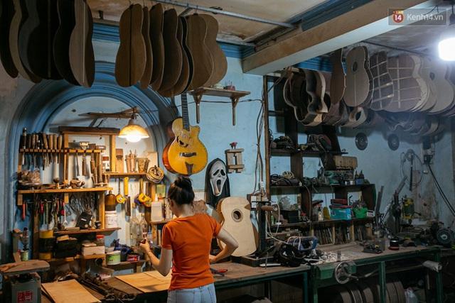 Chàng trai Sài Gòn 15 năm làm đàn guitar handmade: Có người nước ngoài mang bộ gỗ 70 triệu đến đặt mình làm - Ảnh 10.