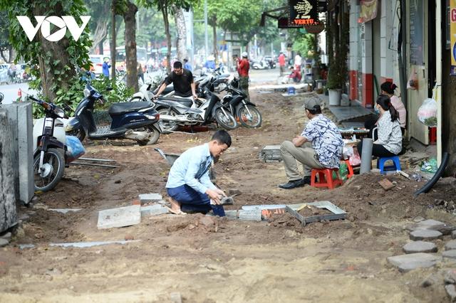 Đá vĩnh cửu ở Hà Nội chưa lát xong đã vỡ nát vì ô tô leo lên vỉa hè đậu đỗ - Ảnh 1.