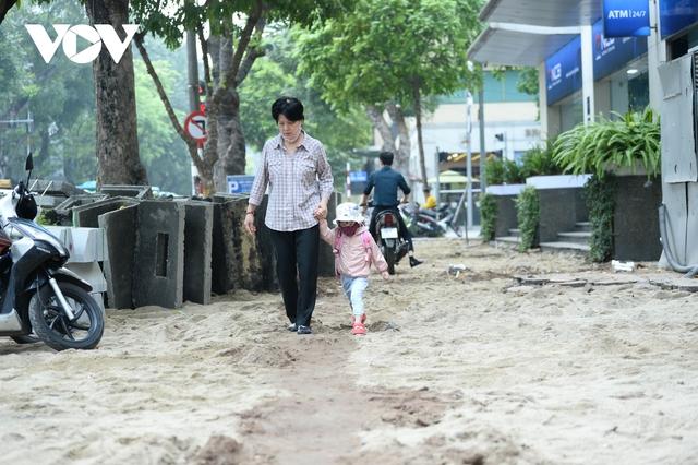 Đá vĩnh cửu ở Hà Nội chưa lát xong đã vỡ nát vì ô tô leo lên vỉa hè đậu đỗ - Ảnh 2.