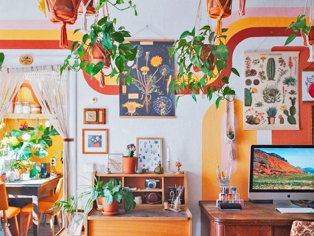 Biến căn hộ 32m2 trở thành không gian sống lý tưởng với nhiều cây xanh: Thay tông màu đen trắng thành nâu và vàng mù tạt  - Ảnh 1.