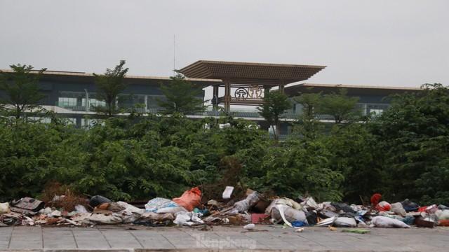 Bãi rác tự phát khổng lồ kéo dài trên đoạn đường trăm tỷ ở Hà Nội  - Ảnh 1.