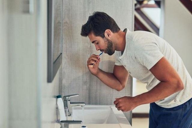 Tại sao nên đánh răng trước khi uống cà phê buổi sáng? - Ảnh 1.