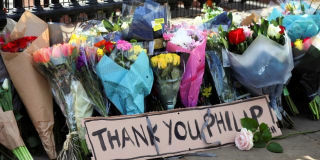 Chùm ảnh: Toàn nước Anh u buồn trước sự ra đi của Hoàng thân Philip và lo lắng cho tình hình của Nữ hoàng - Ảnh 11.
