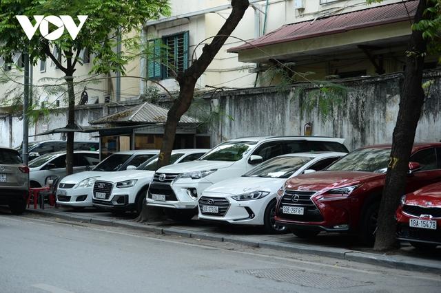 Đá vĩnh cửu ở Hà Nội chưa lát xong đã vỡ nát vì ô tô leo lên vỉa hè đậu đỗ - Ảnh 12.