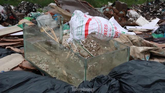 Bãi rác tự phát khổng lồ kéo dài trên đoạn đường trăm tỷ ở Hà Nội  - Ảnh 12.