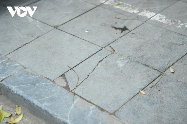 Đá vĩnh cửu ở Hà Nội chưa lát xong đã vỡ nát vì ô tô leo lên vỉa hè đậu đỗ - Ảnh 13.
