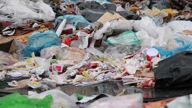 Bãi rác tự phát khổng lồ kéo dài trên đoạn đường trăm tỷ ở Hà Nội  - Ảnh 13.