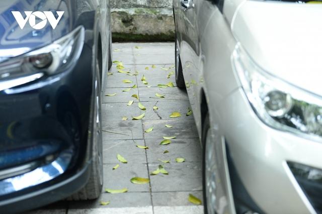 Đá vĩnh cửu ở Hà Nội chưa lát xong đã vỡ nát vì ô tô leo lên vỉa hè đậu đỗ - Ảnh 14.