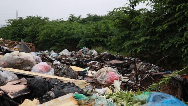 Bãi rác tự phát khổng lồ kéo dài trên đoạn đường trăm tỷ ở Hà Nội  - Ảnh 14.