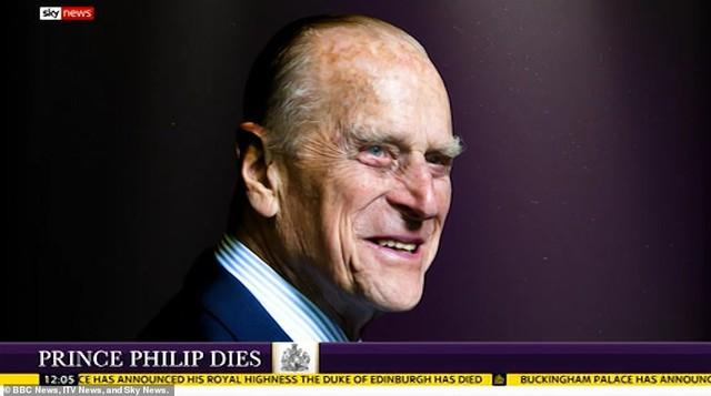 Chùm ảnh: Toàn nước Anh u buồn trước sự ra đi của Hoàng thân Philip và lo lắng cho tình hình của Nữ hoàng - Ảnh 15.