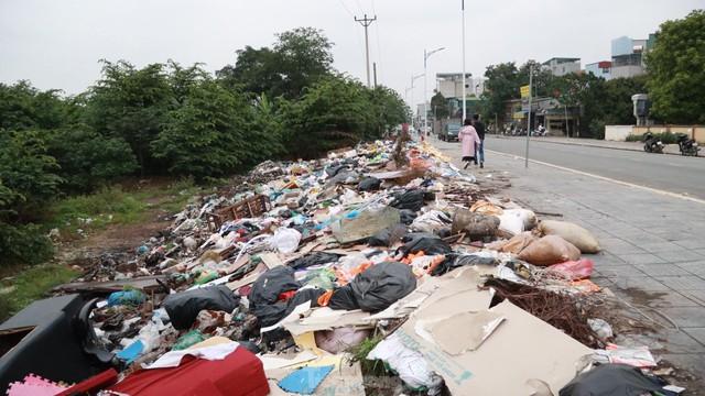 Bãi rác tự phát khổng lồ kéo dài trên đoạn đường trăm tỷ ở Hà Nội  - Ảnh 15.