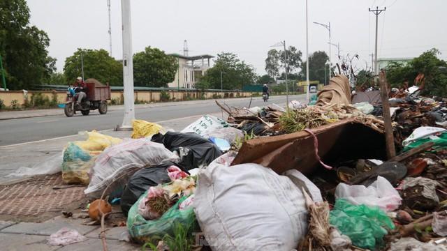Bãi rác tự phát khổng lồ kéo dài trên đoạn đường trăm tỷ ở Hà Nội  - Ảnh 16.