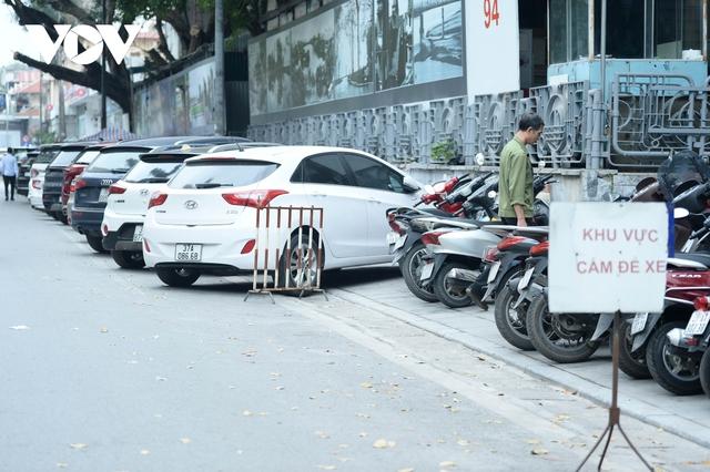 Đá vĩnh cửu ở Hà Nội chưa lát xong đã vỡ nát vì ô tô leo lên vỉa hè đậu đỗ - Ảnh 17.