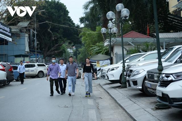 Đá vĩnh cửu ở Hà Nội chưa lát xong đã vỡ nát vì ô tô leo lên vỉa hè đậu đỗ - Ảnh 18.