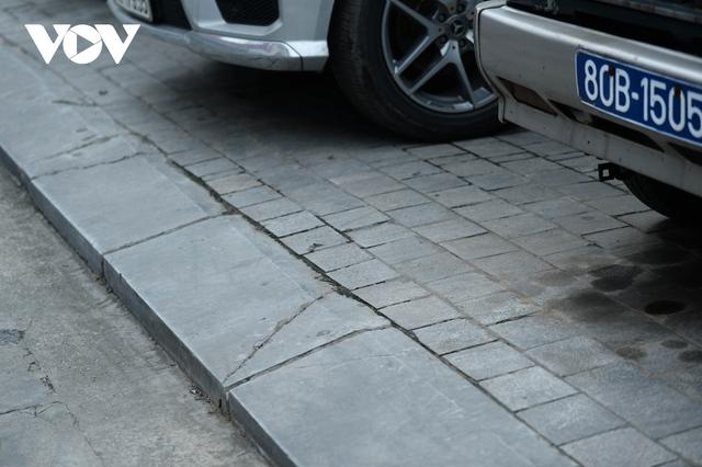 Đá vĩnh cửu ở Hà Nội chưa lát xong đã vỡ nát vì ô tô leo lên vỉa hè đậu đỗ - Ảnh 19.