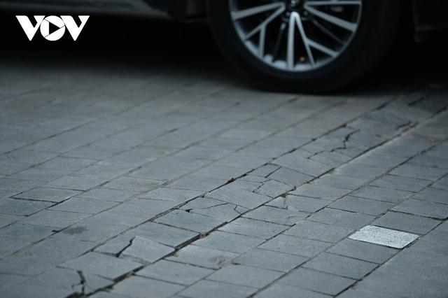 Đá vĩnh cửu ở Hà Nội chưa lát xong đã vỡ nát vì ô tô leo lên vỉa hè đậu đỗ - Ảnh 20.