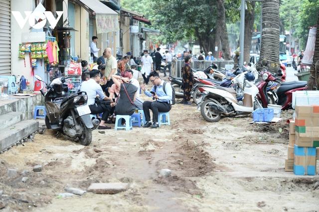 Đá vĩnh cửu ở Hà Nội chưa lát xong đã vỡ nát vì ô tô leo lên vỉa hè đậu đỗ - Ảnh 3.