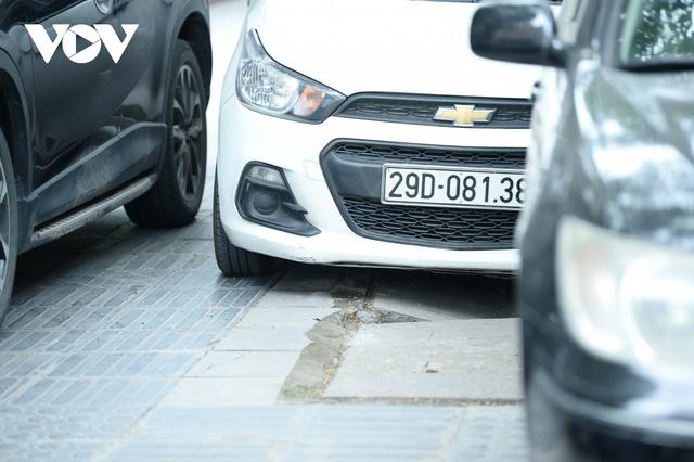 Đá vĩnh cửu ở Hà Nội chưa lát xong đã vỡ nát vì ô tô leo lên vỉa hè đậu đỗ - Ảnh 23.