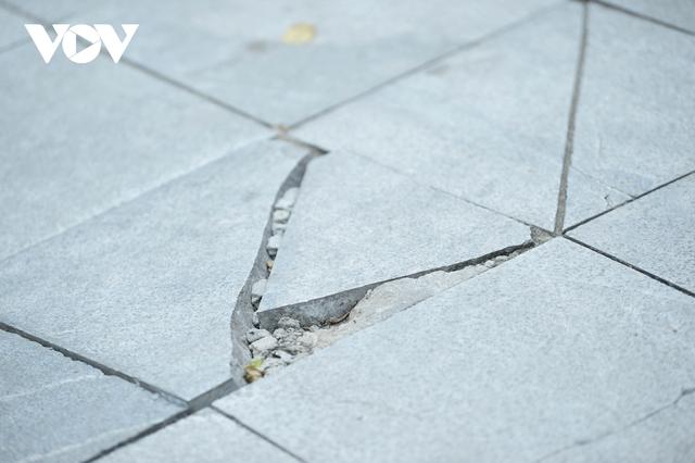 Đá vĩnh cửu ở Hà Nội chưa lát xong đã vỡ nát vì ô tô leo lên vỉa hè đậu đỗ - Ảnh 24.