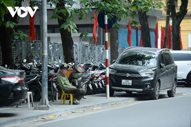 Đá vĩnh cửu ở Hà Nội chưa lát xong đã vỡ nát vì ô tô leo lên vỉa hè đậu đỗ - Ảnh 26.