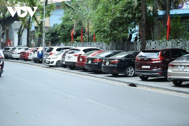 Đá vĩnh cửu ở Hà Nội chưa lát xong đã vỡ nát vì ô tô leo lên vỉa hè đậu đỗ - Ảnh 27.