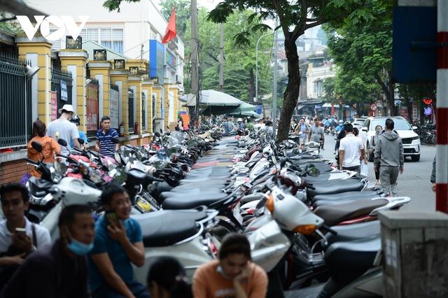 Đá vĩnh cửu ở Hà Nội chưa lát xong đã vỡ nát vì ô tô leo lên vỉa hè đậu đỗ - Ảnh 28.