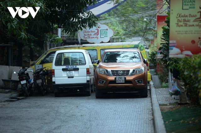 Đá vĩnh cửu ở Hà Nội chưa lát xong đã vỡ nát vì ô tô leo lên vỉa hè đậu đỗ - Ảnh 29.