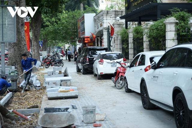 Đá vĩnh cửu ở Hà Nội chưa lát xong đã vỡ nát vì ô tô leo lên vỉa hè đậu đỗ - Ảnh 4.
