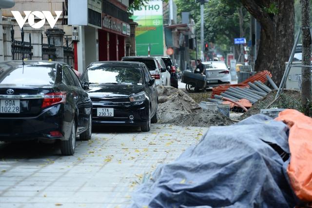 Đá vĩnh cửu ở Hà Nội chưa lát xong đã vỡ nát vì ô tô leo lên vỉa hè đậu đỗ - Ảnh 5.