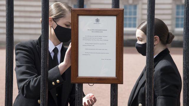 Chùm ảnh: Toàn nước Anh u buồn trước sự ra đi của Hoàng thân Philip và lo lắng cho tình hình của Nữ hoàng - Ảnh 5.
