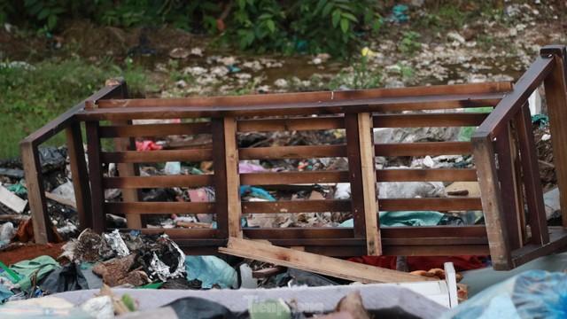 Bãi rác tự phát khổng lồ kéo dài trên đoạn đường trăm tỷ ở Hà Nội  - Ảnh 5.