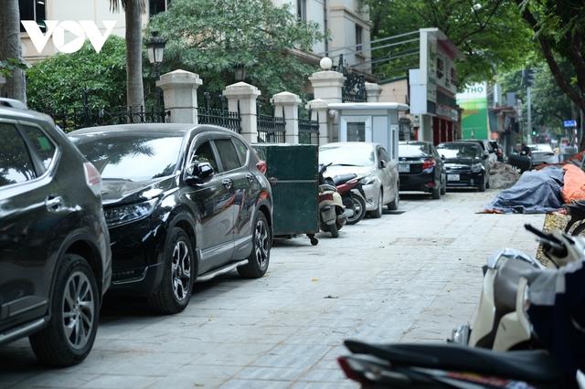 Đá vĩnh cửu ở Hà Nội chưa lát xong đã vỡ nát vì ô tô leo lên vỉa hè đậu đỗ - Ảnh 6.
